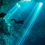 Taucher in Unterwasserhöhle