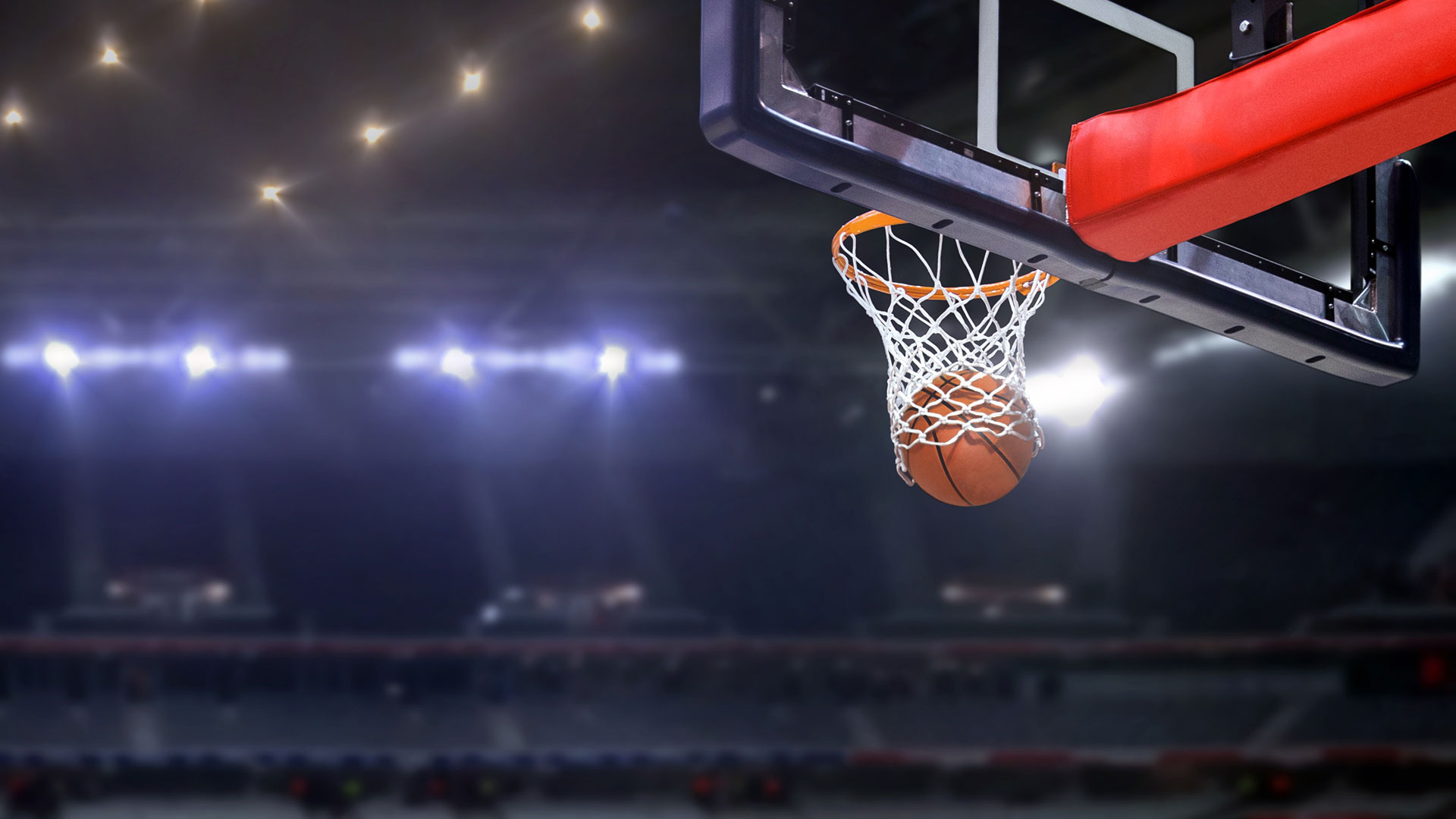 Ball im Korb mit Leerer Halle im Hintergrund