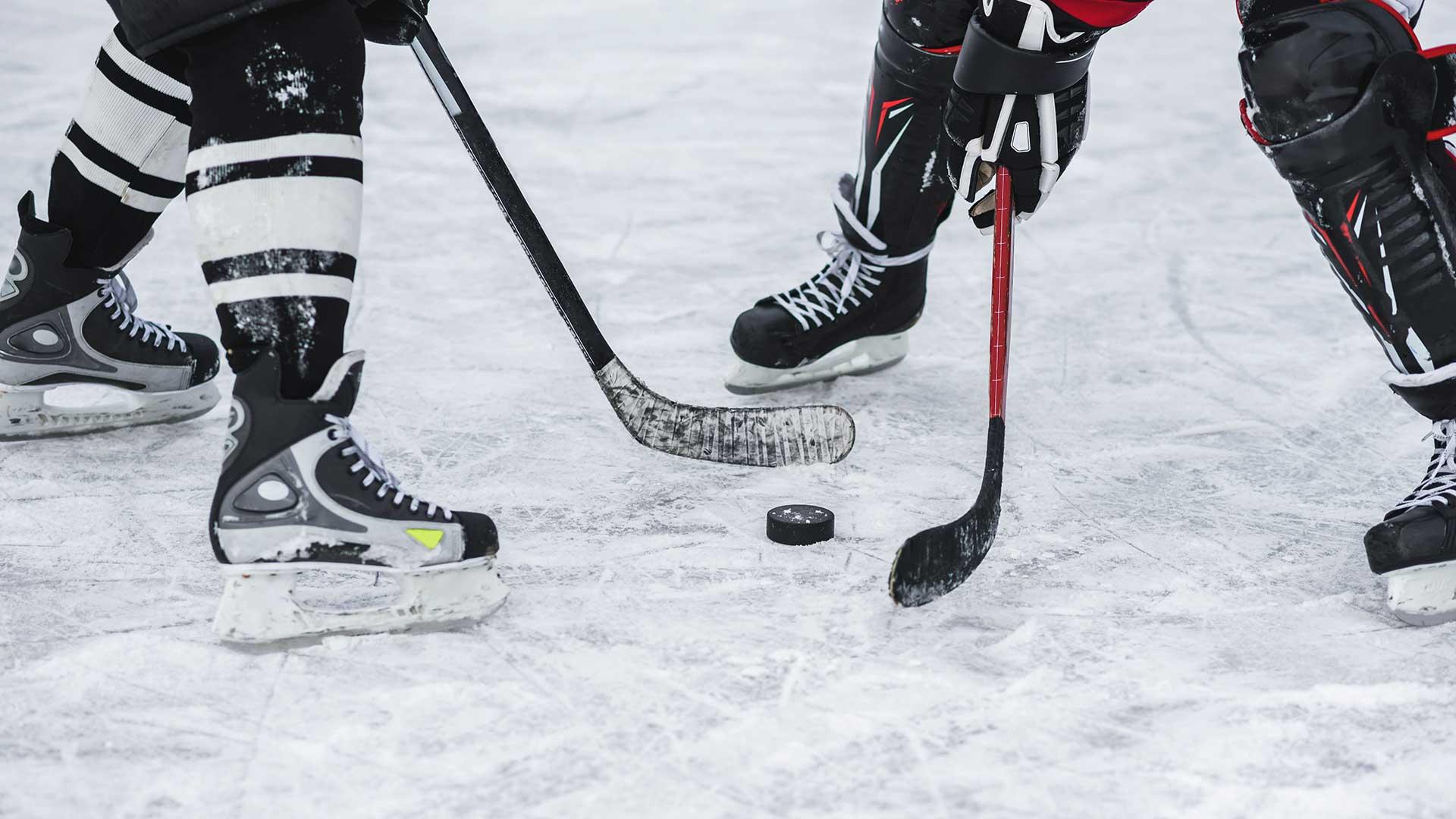 Eishockeyspielerduell um Puck